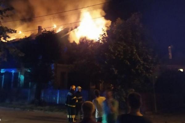Масштабна пожежа у Чернівцях: внаслідок загорання постраждала літня людина