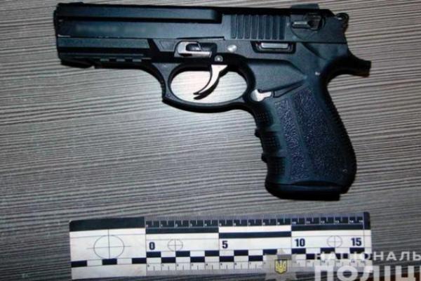 Чернівчанин відповідатиме перед законом через забутий в кафе пістолет