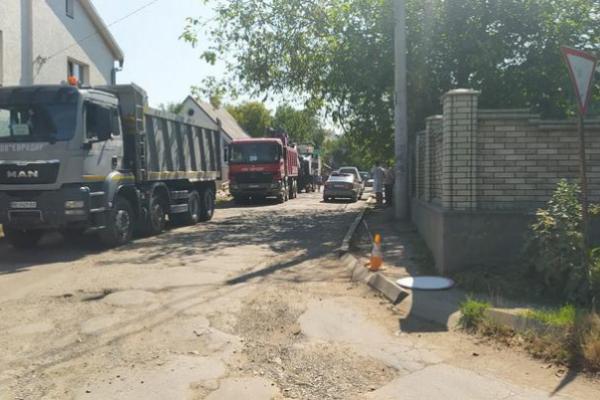 Багатостраждальну вулицю Кармелюка у Чернівцях нарешті розпочали ремонтувати (відео)