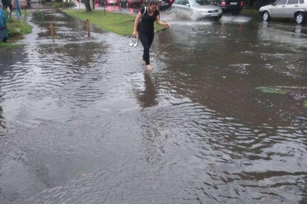 Сильна злива затопила вулиці Чернівців (фотофакт)
