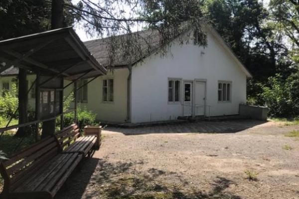 Знищити, аби продати за безцінь: яка доля чекає санаторій «Брусниця» на Буковині?