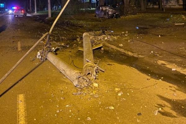У Чернівцях нетверезий водій, втікаючи від поліції, врізався у стовп