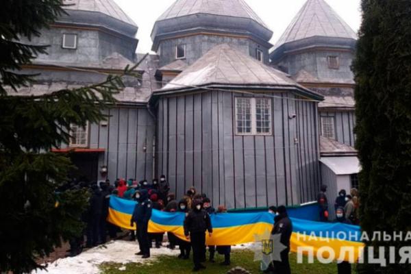 На Буковині віряни побилися через церкву: поліція відкрила кримінальні провадження
