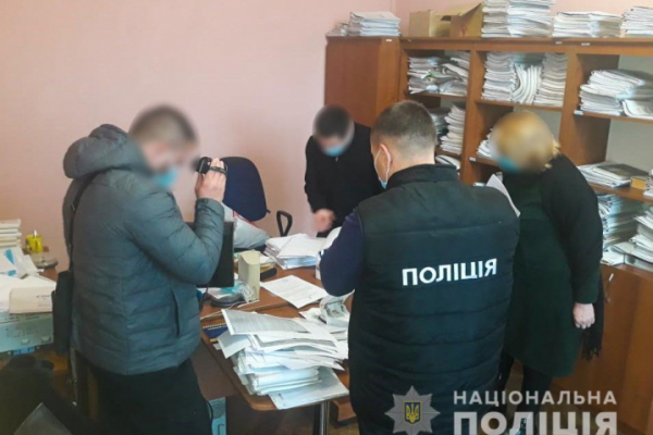 Чернівецькі правоохоронці затримали держслужбовця під час отримання хабара
