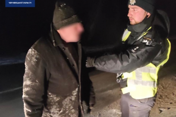 На Буковині патрульні врятували чоловіка, який ледь не замерз на вулиці