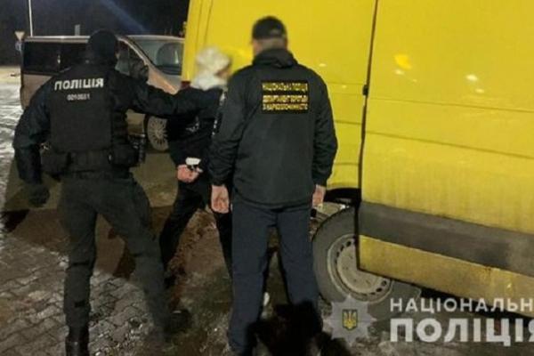 Продавали гашиш та марихуану «з рук у руки»: на Буковині затримали неповнолітніх драгдилерів