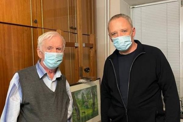 Мер Чернівців передав свою першу зарплатню відомому художнику, який потребує дороговартісного лікування