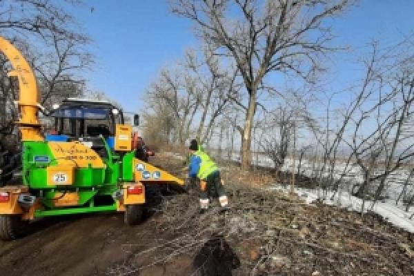 Обабіч доріг місцевого значення  на Буковині вирізають чагарники