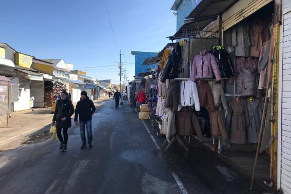 Торгують лише одиниці: як працює Калинівський ринок під час карантину?