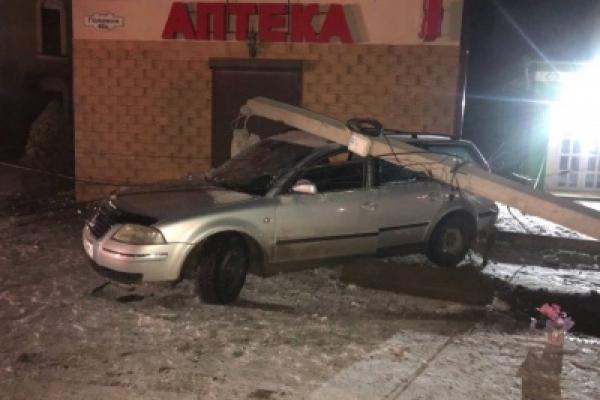 Уночі на Сторожинеччині автомобіль врізався у електроопору. З'ясовуються обставини