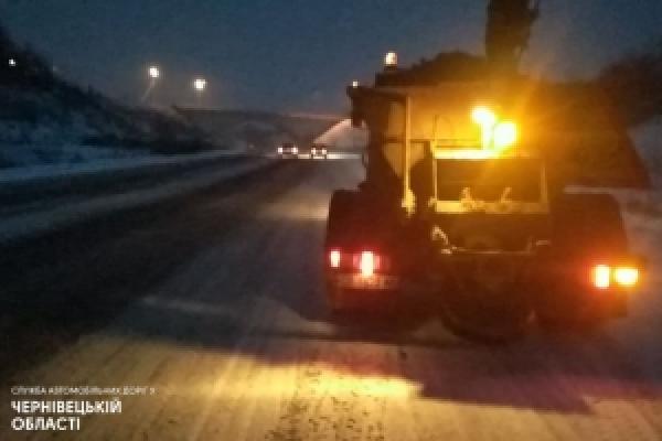 Автошляхи державного значення на Буковині уночі обробили протиожеледними матеріалами