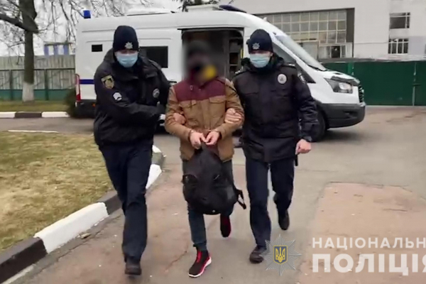 Іноземця-хулігана за сприяння буковинської поліції екстрадовано до Чехії (ВІДЕО)