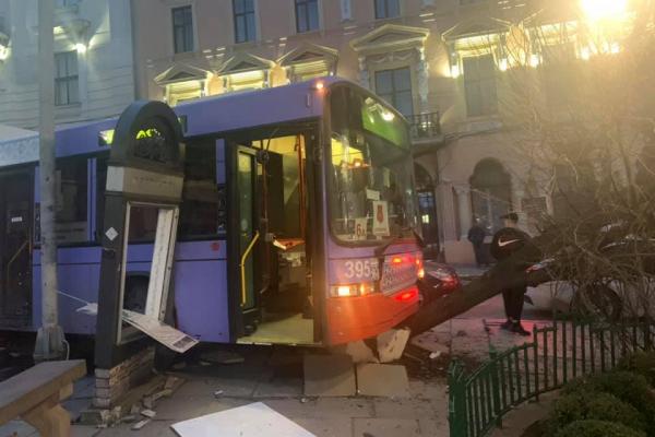 Тролейбус протаранив автомобіль і зніс дерево біля міської ради у Чернівцях (ФОТО)
