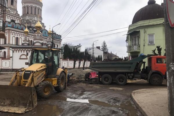 Відновлено ремонтні роботи на вулиці Кармелюка у Чернівцях (ФОТО)