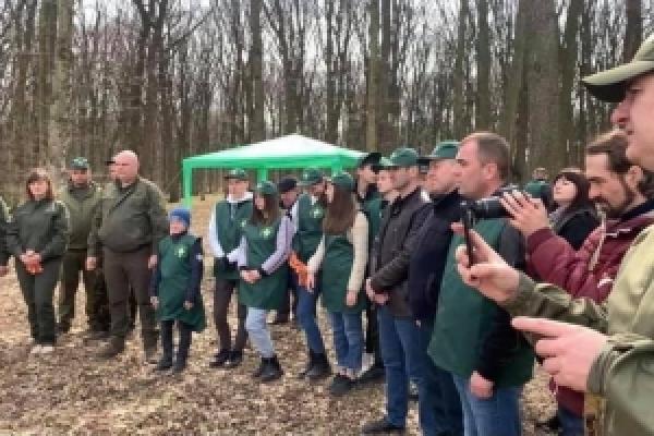 У Кельменецькому лісництві посадили близько сотні дубів у рамках акції «Створюємо ліс разом»