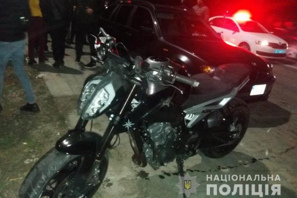 Поліція розшукує мотоцикліста, який збив у Чернівецькому районі пішохода і втік з місця події