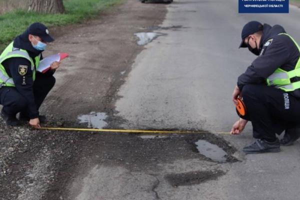 Буковинські поліцейські обстежують ями на дорогах і видають приписи щодо їх усунення (ФОТО)