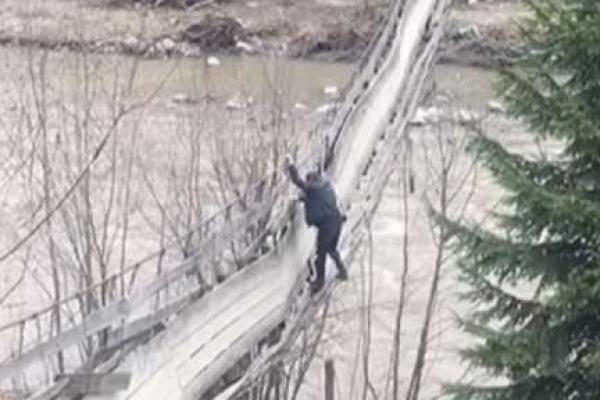 Небезпечний пішохідний міст у гірському селі Плай на Буковині полагодять коштом громади