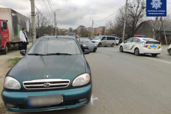 У Чернівцях на Винниченка зіткнулися дві автівки. Рух ускладнено