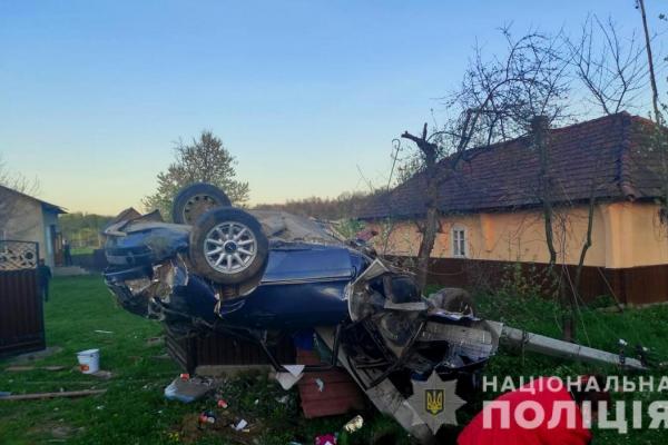 У Чернівецькій області 29-річний водій Audi на швидкості врізався у паркан і загинув