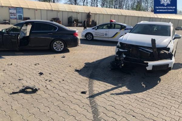 На ринку у Чернівцях не розминулись автівки Volkswagen і BMW (ФОТО)