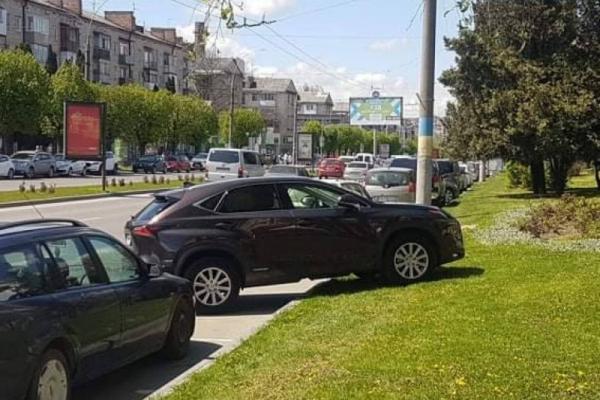 Жінка припаркувала розкішний джип на газоні посеред проспекту у Чернівцях і отримала адмінпротокол (ФОТО)