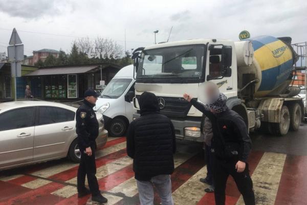 На одній з головних вулиць Чернівців сталося одразу дві ДТП. Рух ускладнено
