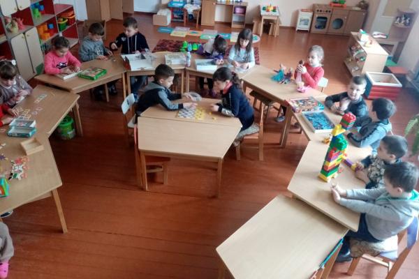Десять шкіл Буковини отримали у подарунок від благодійників шкільні меблі