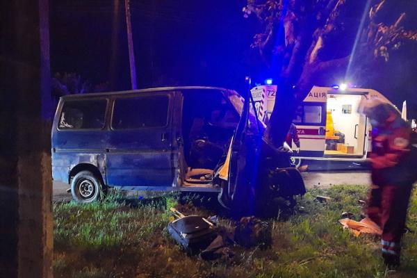 Уночі в Чернівцях нетверезий водій мікроавтобуса врізався у дерево (ФОТО)