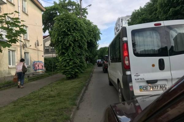 Через аварію на вулиці Аксенина у Чернівцях суттєво ускладнено рух
