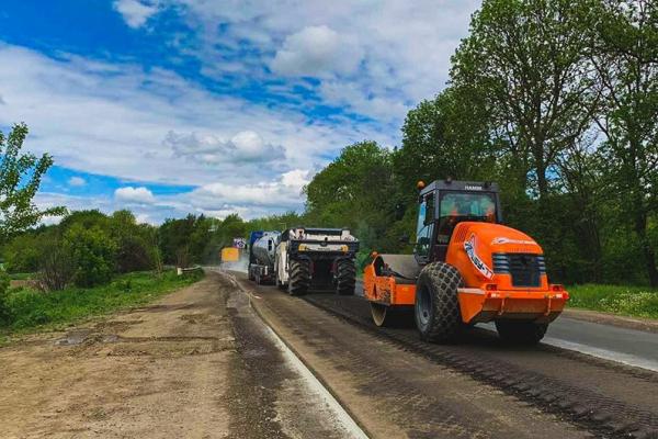Триває ремонт гірської дороги на Вижниччині: робітники влаштовують нижній шар асфальту