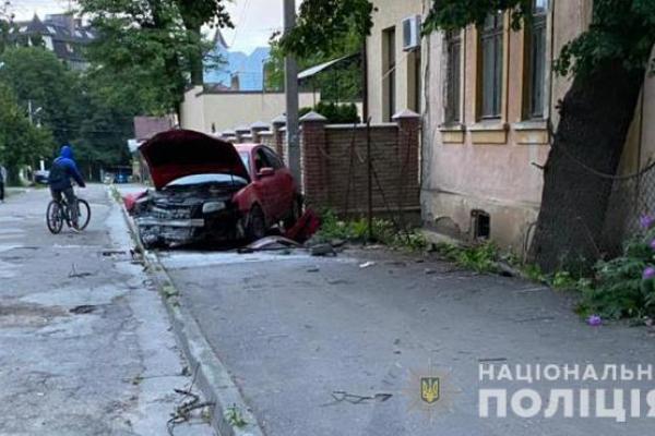 Зіткнувся з деревом. На одній з вулиць Чернівців водій Volkswagen Passat не впорався з керуванням