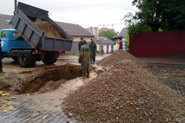 Відновлено рух транспорту на вулиці Руській у Чернівцях, де стався обвал