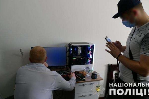 На Буковині затримали інтернет-шахраїв, які зламували акаунти інтернет-аукціонів та крали гроші у іноземців
