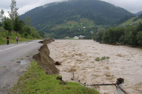 Загроза сходження селевих потокiв та зсувів. На Буковині через зливи на кілька метрів збільшиться рівень води у річках