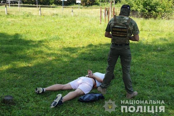 Колишній міліціонер у складі злочинної групи за місяць збував до 1500 доз наркотиків на Буковині та Прикарпатті (ФОТО)