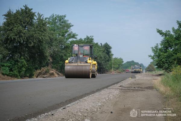 Ремонт прикордонної дороги: 10 кілометрів уже покрили нижнім шаром асфальтобетону