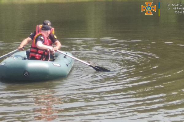 Рятувальники на Буковині підняли зі ставка на берег тіло чоловіка