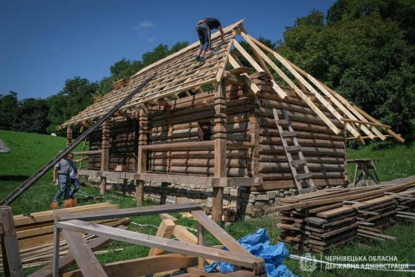 Дві старовинні хати встановлюють у Чернівцях (ФОТО)