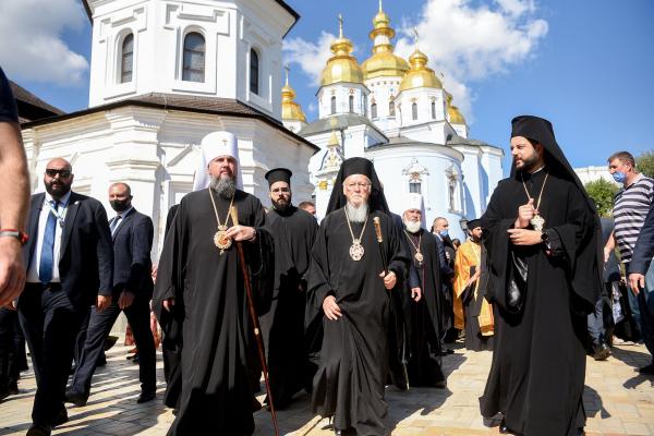 На молебень за участю Варфоломія приїхали віряни, представники духовенства і влади з Буковини