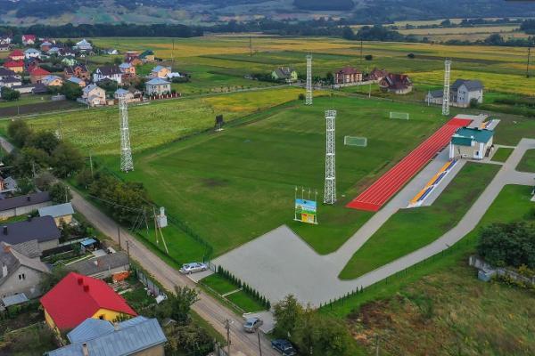 На новенькому стадіоні у Чагрі тренуються три футбольні команди