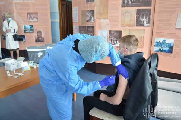 Понад 80 студентів і викладачів вакцинувалися 1 жовтня у ЧНУ