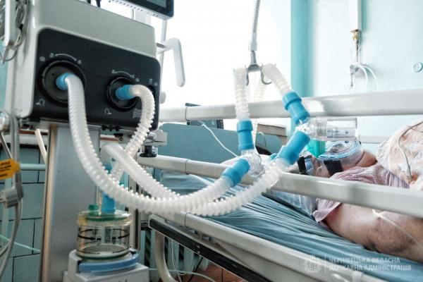 Двобічна пневмонія та супутні захворювання: як рятують хворих на COVID-19 у реанімації Кіцманської лікарні (ВІДЕО)